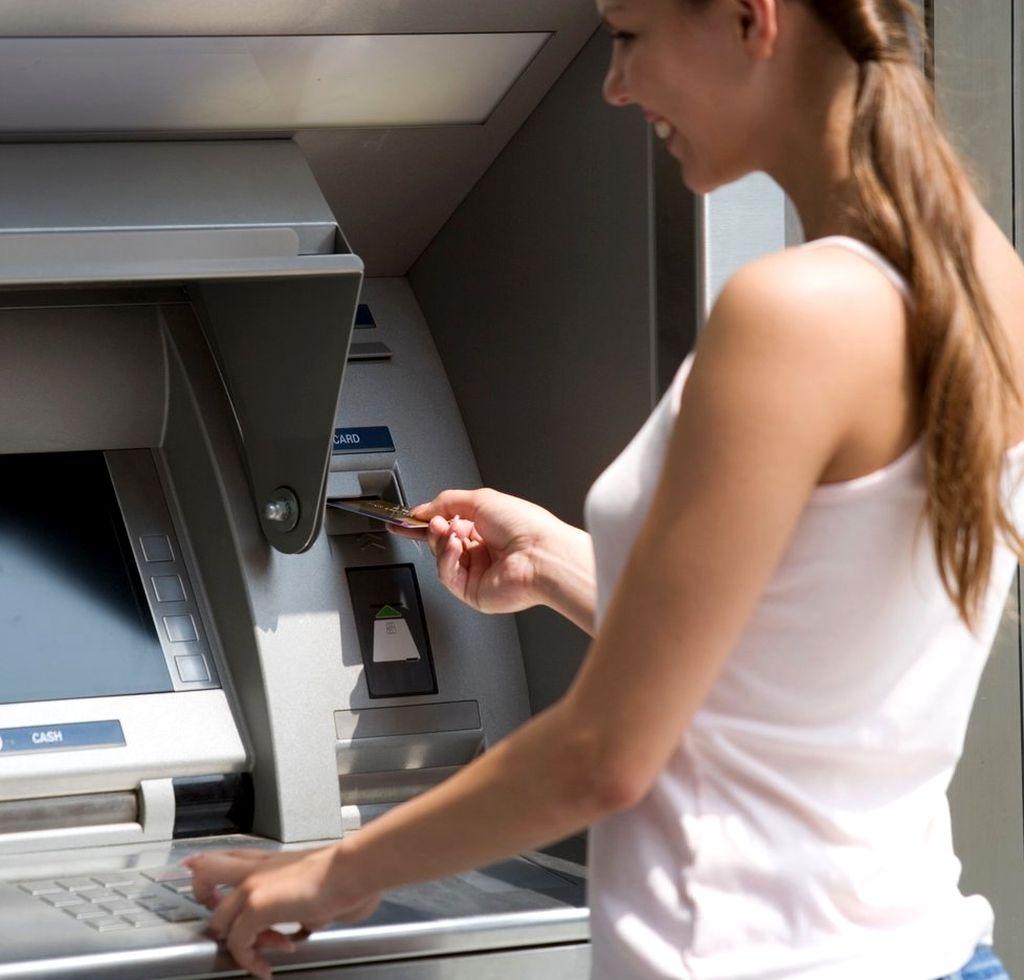 Как можно снять деньги с карты Тинькофф через банкомат?